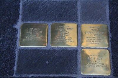 Goldene, in den Boden eingelassene Steine, in die die Namen jüdischer Bürger Bedburgs und ihr Schicksal während des Dritten Reichs eingraviert sind.